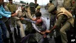 Polisi India menangkap para pendukung partai Awami Ittihad yang berunjuk rasa memprotes penembakan fatal di wilayah Srinagar, India (12/9).