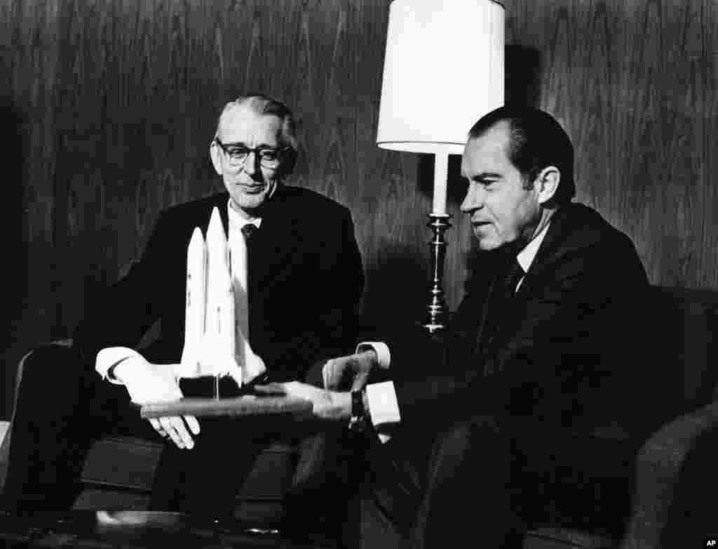 1972年1月: 时任总统尼克松与美国宇航局官员詹姆斯.弗莱彻博士在加州圣克莱门特市。尼克松总统当天宣布,美国将立即开始发展航天 飞机。