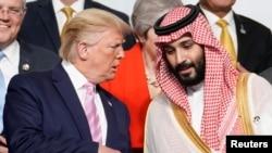 Presiden AS Donald Trump berbicara dengan Putra Mahkota Arab Saudi Mohammed bin Salman pada KTT G-20 di Osaka, Jepang, 28 Juni 2019. (Foto: Reuters)