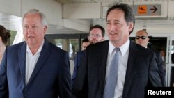 El veterano diplomático estadounidense Thomas Shannon (izq.) con el Encargado de Asuntos de la Embajada de EE.UU. en Caracas, Lee McClenny (der.) a su llegada al aeropuerto Simón Bolívar en Caracas, Venezuela.