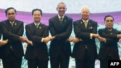 Tổng thống Mỹ Barack Obama chụp ảnh với các nhà lãnh đạo ASEAN ở Kuala Lumpur, Singapore, hôm 21/11.