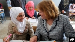 Anne Richard (kanan), Asisten Menlu AS urusan pengungsi berbicara dengan pengungsi Suriah di sebuah sekolah di Beirut, Lebanon (foto: dok).