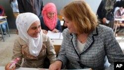ABD Dışişleri Bakanı'nın Nüfus, Mülteciler ve Göçmenlik işlerinden sorumlu yardımcısı Anne Richard Lübnan'da ziyaret ettiği mülteci kampında bir Suriyeli mülteciyle