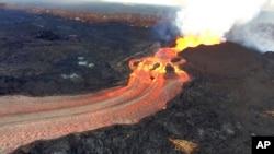 2018年6月10日美國地質調查局的照片顯示,基拉韋厄火山下方的裂縫繼續劇烈噴發,熔岩流到夏威夷島卡波霍灣的海水中。