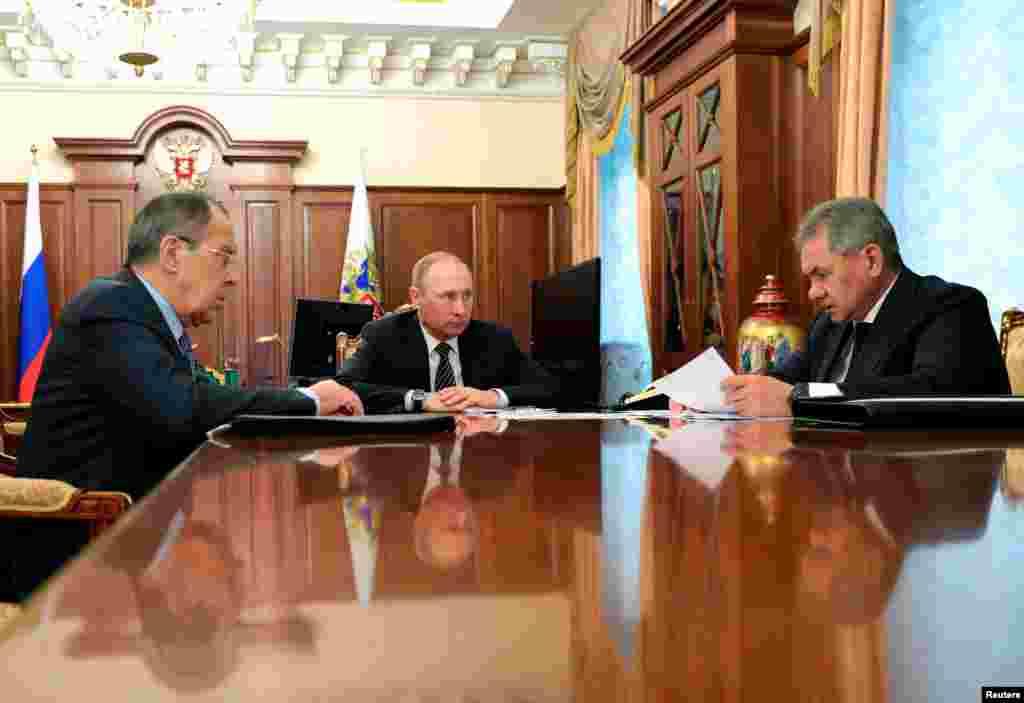 AQSh Rossiyaga yangi sanksiyalar qo'ydi, uning diplomatlarini haydamoqda, kiber-xurujlar uchun.