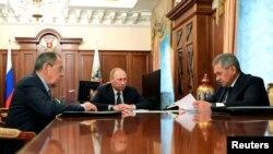 Presidente russo Vladimir Putin em reunião ontem com os ministros das Relações Estrangeiros e da Defesa