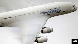 រូបឯកសារ៖ យន្តហោះរបស់ក្រុមហ៊ុន Airbus ពេលធ្វើការហោះសាកល្បងនៅក្នុងរូបថតកាលពីថ្ងៃទី១៨ ខែមិថុនា ឆ្នាំ២០១៥។