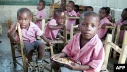 Để khuyến khích trẻ em đến trường, WFP hiện cung cấp những bữa ăn trưa nấu sẵn cho hơn 400.000 trẻ em tại 850 trường tiểu học