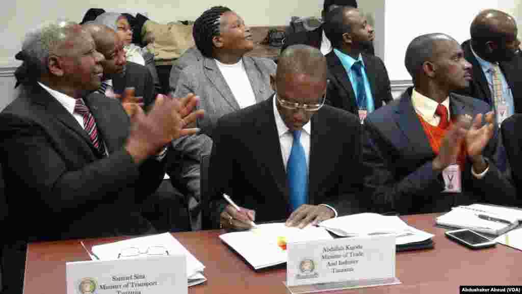 Waziri wa Biashara wa Tanzania Abdallah Kigoda (kulia na Waziri wa Uchukuzi Samuel Sitta mjini Washington
