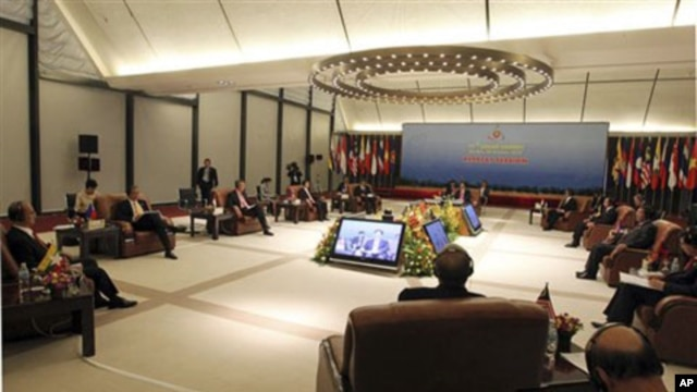 ASEAN leaders attend their retreat meeting at the 17th ASEAN summit in Hanoi, Vietnam, 28 Oct 2010