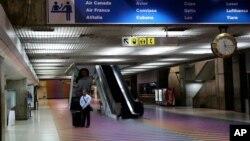 Cada vez son menos las personas que salen de Venezuela por el Aeropuerto Internacional de Maiquetía.