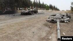 Chiếc xe tăng bị hư nằm trong căn cứ quân sự Mastourma, sau khi phiến quân chiếm căn cứ quân sự trong tỉnh Idlib