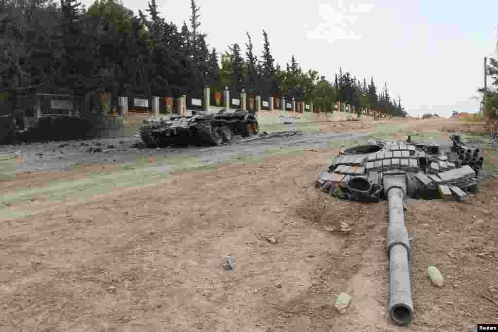 រថក្រោះខូចមួយ នៅក្នុងមូលដ្ឋានទ័ព Mastouma នៅក្នុងខេត្ត Idlib ប្រទេសស៊ីរី បន្ទាប់ពីក្រុមឧទ្ទាមបានកាន់កាប់ខេត្តនោះ កាលពីថ្ងៃទី២០ ខែឧសភា ឆ្នាំ២០១៥។