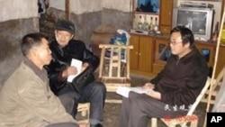 劉飛躍(右一)實地調查失地農民的情況(資料圖片)
