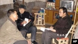 刘飞跃(右一)实地调查失地农民的情况(资料图片)