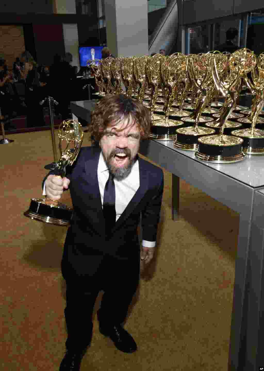 «پیتر دینکلیج» برنده جایزه امی بهترین بازیگر مرد در رده درام برای بازی در سریال «بازی تاج و تخت». او به کنایه گفت اگر این سریال نبود، جرات آمدن به خیابان را نداشت.
