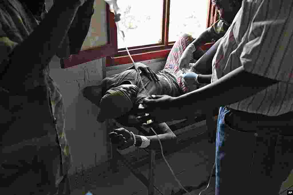 A South Sudanese soldier has a bullet removed from his leg in the Rubkona Military Hospital, April 22, 2012 in South Sudan. (AP)