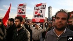 4일 이란 테헤란에서 시위대가 시아파 성직자 셰이크 니므르 알 니므르를 처형한 사우디 아라비아를 규탄하는 거리행진을 하고 있다.