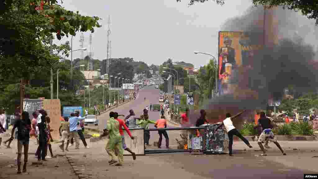 Des manifestants érigent des barricades, protestant contre une nouvelle loi qui pourrait retarder les élections prévues pour 2016, à Kinshasa, République démocratique du Congo, le lundi 19 janvier 2015