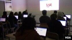 Des ordinateurs dans une classe.