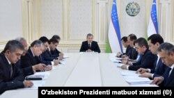 O'zbekiston Prezidenti Shavkat Mirziyoyev (markazda) hukumat a'zolari bilan, Toshkent, O'zbekiston
