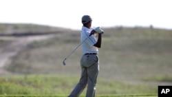 奥巴马总统在美国东北部麻萨诸塞州的玛莎葡萄园打高尔夫球(2014年8月20日)