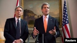 Britanski šef diplomatije Filip Hamond i američki državni sekretar Džon Keri (arhivski snimak)