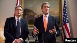 Ngoại trưởng Anh Phillip Hammond (trái) và Ngoại trưởng Mỹ John Kerry tại 1 cuộc họp báo ở London, 21/2/2015.