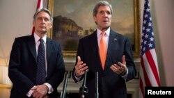Menteri Luar Negeri AS John Kerry dan Menteri Luar Negeri Inggris Phillip Hammond (kiri) dalam konferensi pers di London (21/2). (Reuters/Neil Hall)