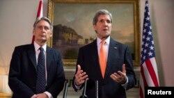 فلیپ هاموند وزیرخارجۀ بریتانیا با همتای امریکایی خود در لندن