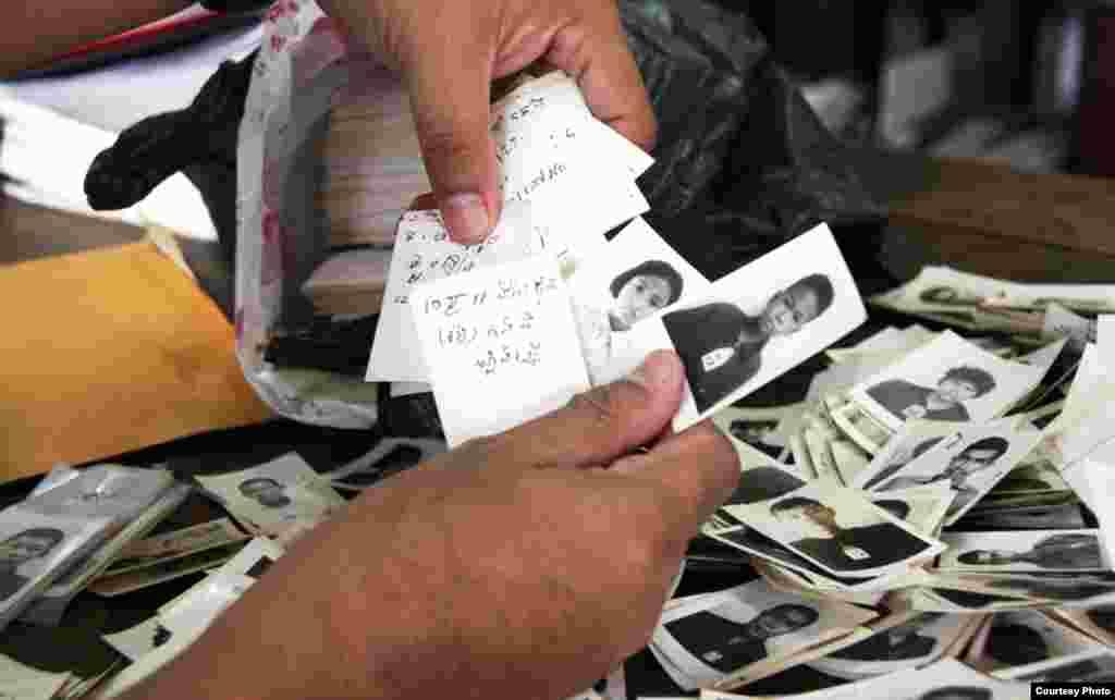 Sau mỗi ảnh đều có ghi tên và nơi sanh của người trong ảnh. (DC-Cam)