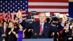 伊利诺伊州共和党州长候选人布鲁斯.若纳11月4日击败现任民主党州长帕特.奎恩。
