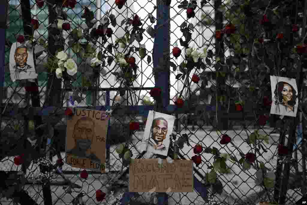 Picha za George Floyd, mtu aliyekuwa amefungwa pingu na kufariki baada ya kupelekwa rumande, Minneapolis, zikiwa zimetundikwa nje ya senyenge ya ubalozi wa Marekani mji wa Mexico City, Saturday, May 30, 2020.