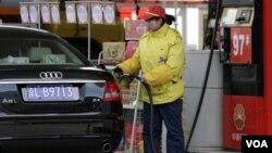 Kenaikan harga BBM di Tiongkok akan menjadikan harga bensin naik empat sen per liter dan diesel lima sen per liter.