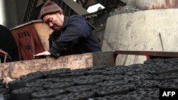 Seorang pekerja di perusahaan batubara China (foto: dok). Greenpeace menuduh perusahaan batubara China melakukan penghancuran lingkungan di Mongolia.