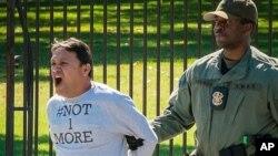 Uno de los manifestantes contra las deportaciones cuando era arrestado frente a la Casa Blanca.
