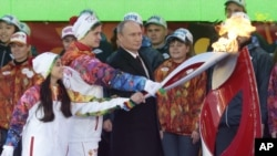 10月6日俄罗斯总统普京在莫斯科红场点燃奥运火炬。