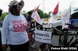 Seorang warga Banyuwangi menolak tambang setelah melakukan kayuh sepeda dari Banyuwangi ke Surabaya. (Foto: VOA/Petrus Riski)