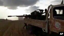 При поддержке турецкой армии бойцы сирийской оппозиции ведут огонь у сирийского города Эль-Баб в провинции Алеппо