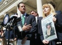 Kongressmen Uiner 2001 yilning 11 sentabridagi terror xurujlarida yaqinini yo'qotgan amerikaliklarga yaqindan yordam bergan