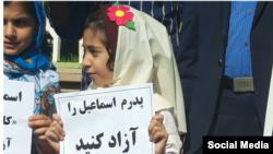 خانواده اسماعیل بخشی از جمله دخترش، با به همراه داشتن دستنوشتههایی خواستار آزادی این کارگر زندانی شدند.