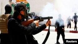 Cảnh sát dùng hơi cay lửa để phá vỡ một cuộc biểu tình tại Kairouan, Tunisia.