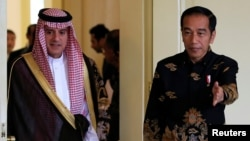 Indonesian President Joko Widodo welcomes Saudi Arabia's Foreign Minister Adel bin Ahmed Al-Jubeir at the presidential palace in Bogor, Indonesia, Oct. 22, 2018.