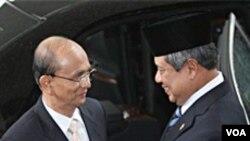 ျမန္မာသမၼတ ဦးသိန္းစိန္ နဲ႔ အင္ဒိုနီးရွားသမၼတေဟာင္း Yudhoyono တုိ႔ ASEAN အစည္းအေဝး