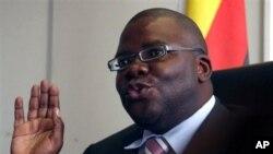 Menteri Keuangan Zimbabwe Tendai Biti mengharapkan keringanan dari IMF atas utang Zimbabwe yang sebesar 10 miliar dolar (foto: Dok).