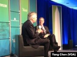 美贸易代表弗里曼(右)在华盛顿思想论坛上(美国之音杨晨拍摄)