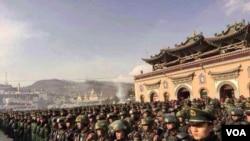 青海塔尔寺酥油花展在军警严管下进行