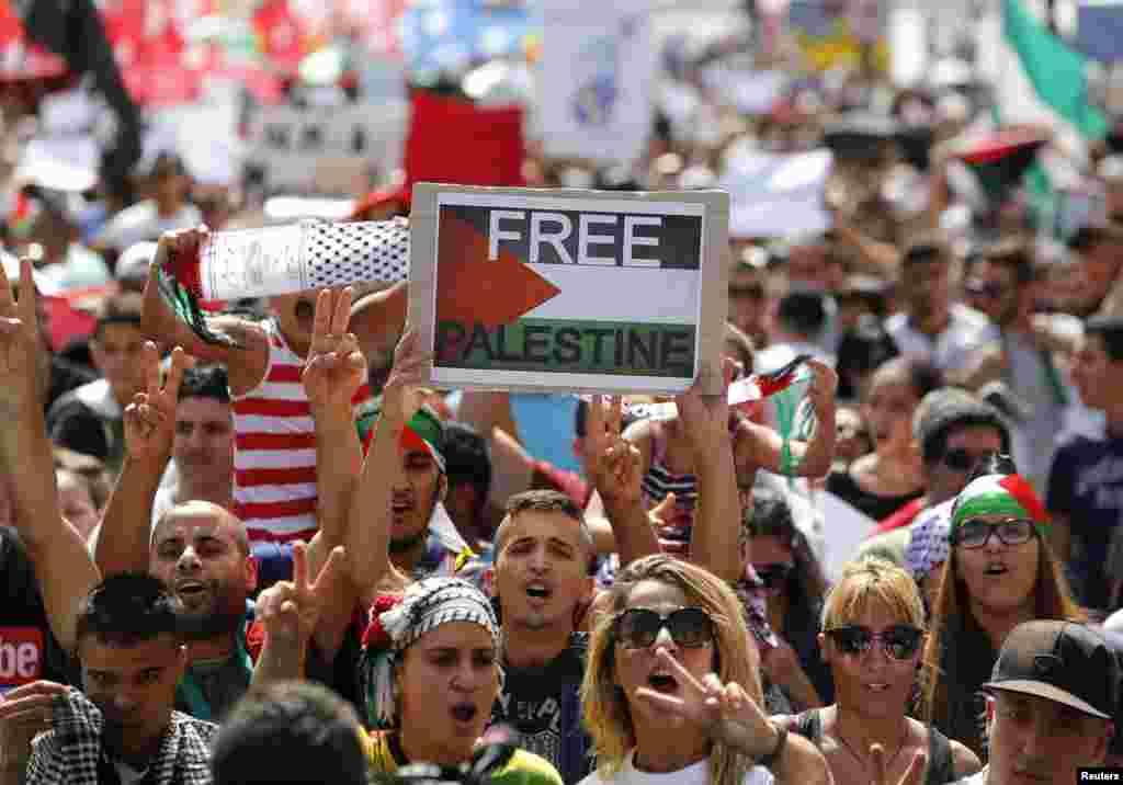 مظاہرین اسرائیلی فوجی کارروائی روکنے کا مطالبہ کر رہے ہیں۔