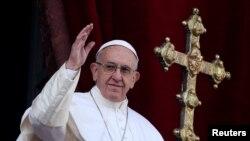 """Le pape François salue la foule en donnant le discours """"Urbi et Orbi"""", au Vatican, le 25 décembre 2016."""