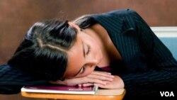 Kata pakar, wajar kalau remaja Amerika seperti yang satu ini tertidur di kelas. Jam sekolah yang mulai terlalu pagi membuat remaja kurang tidur.